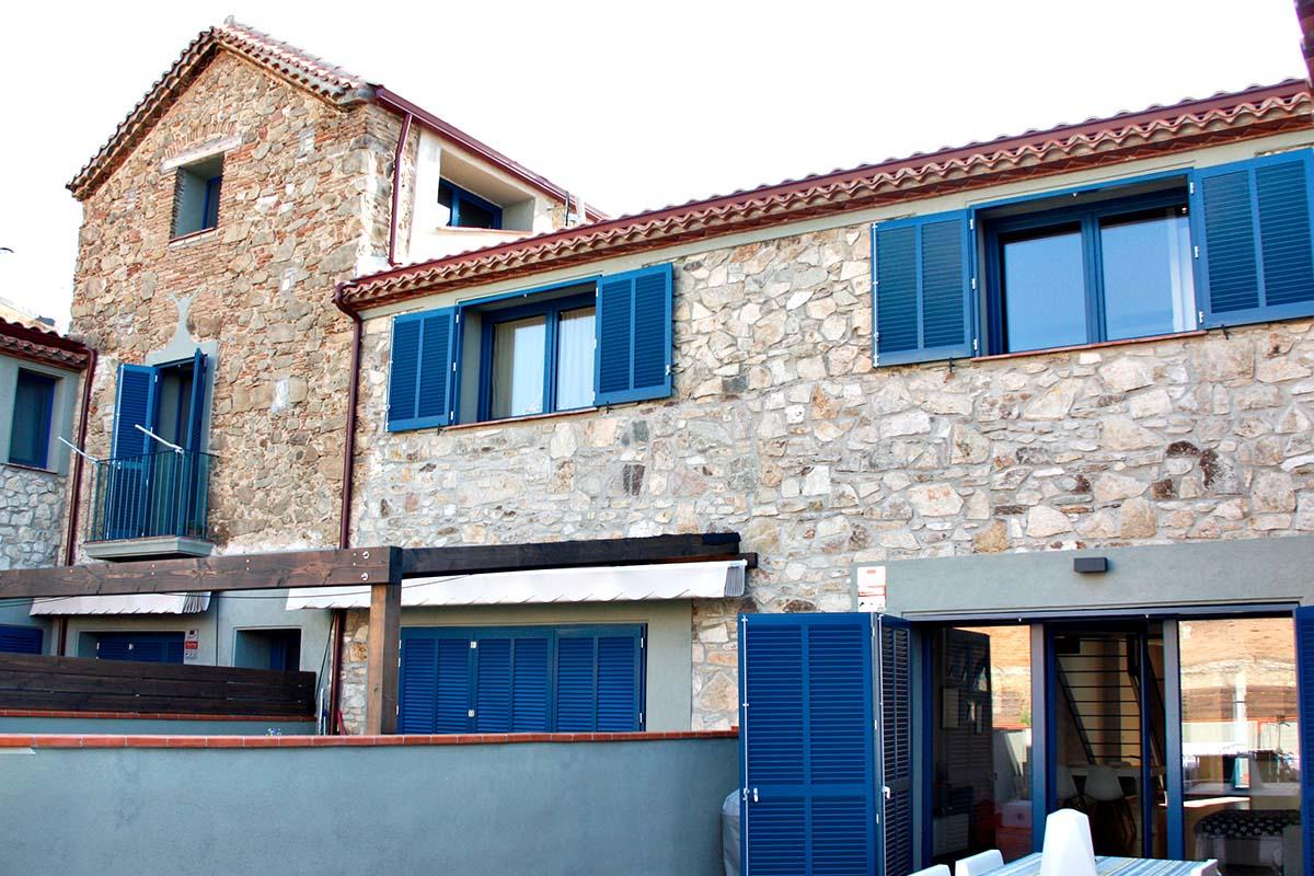 finestres de fusta a casa rústica, masia a Badalona - Carreté Finestres