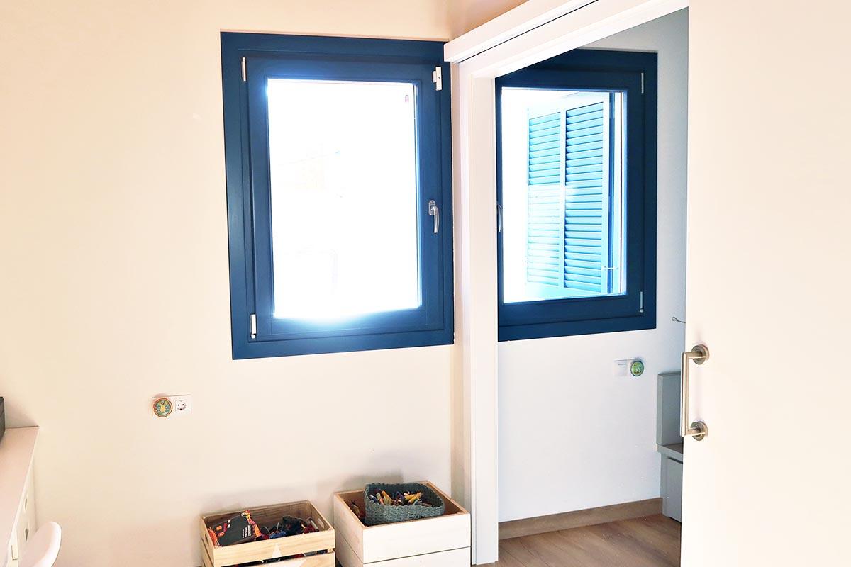 ventanas de madera oscilobatiente con aislamiento térmico en casa masía en Badalona - Carreté Finestres