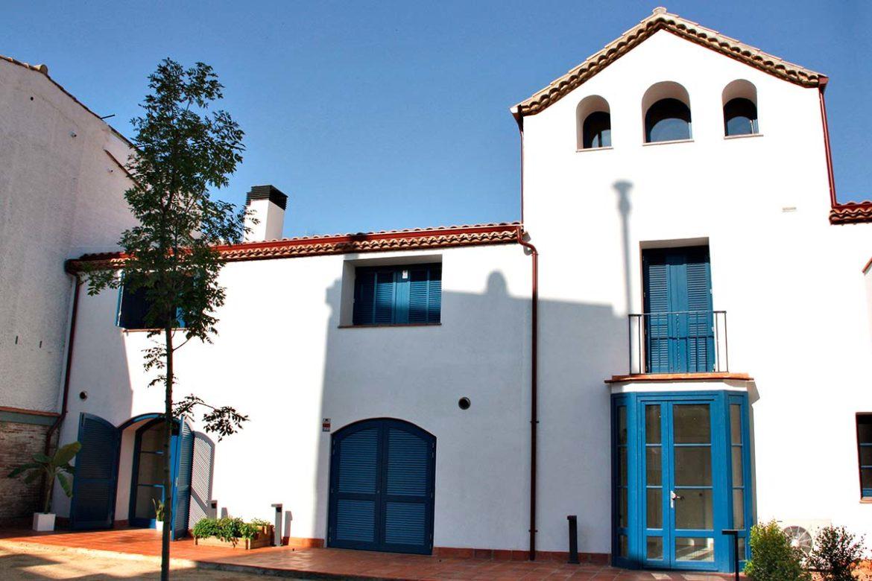 finestres de fusta i porta d'entrada a casa masia al centre de Badalona - Carreté Finestres