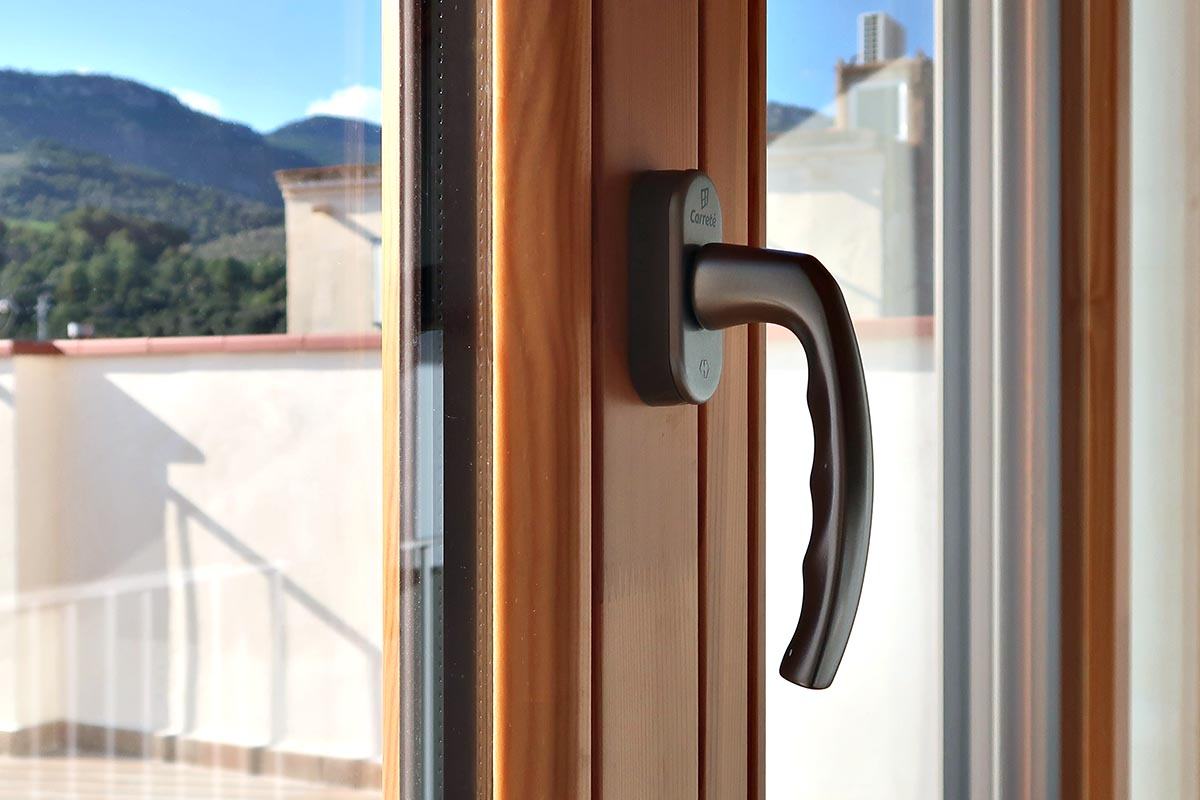 ventanas de madera con alta eficiencia energética y aislamiento térmico en Vilaplana (Baix Camp, Catalunya) - Carreté Finestres