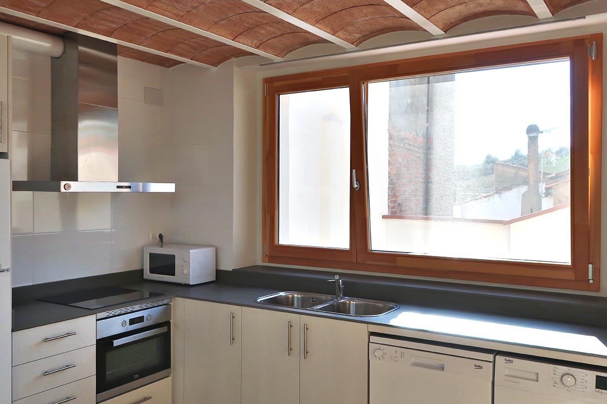 cocina en casa rural en Vilaplana (Baix Camp) con ventana de madera Silva 68 de Carreté Finestres