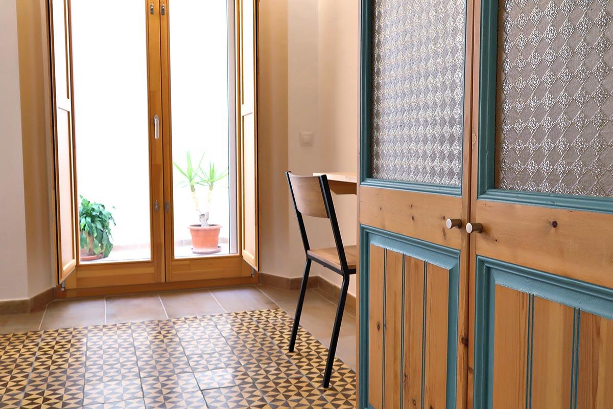 casa rural en Vilaplana en el Baix Camp con ventana de madera y porticón interior de la serie Silva 68 de Carreté Finestres