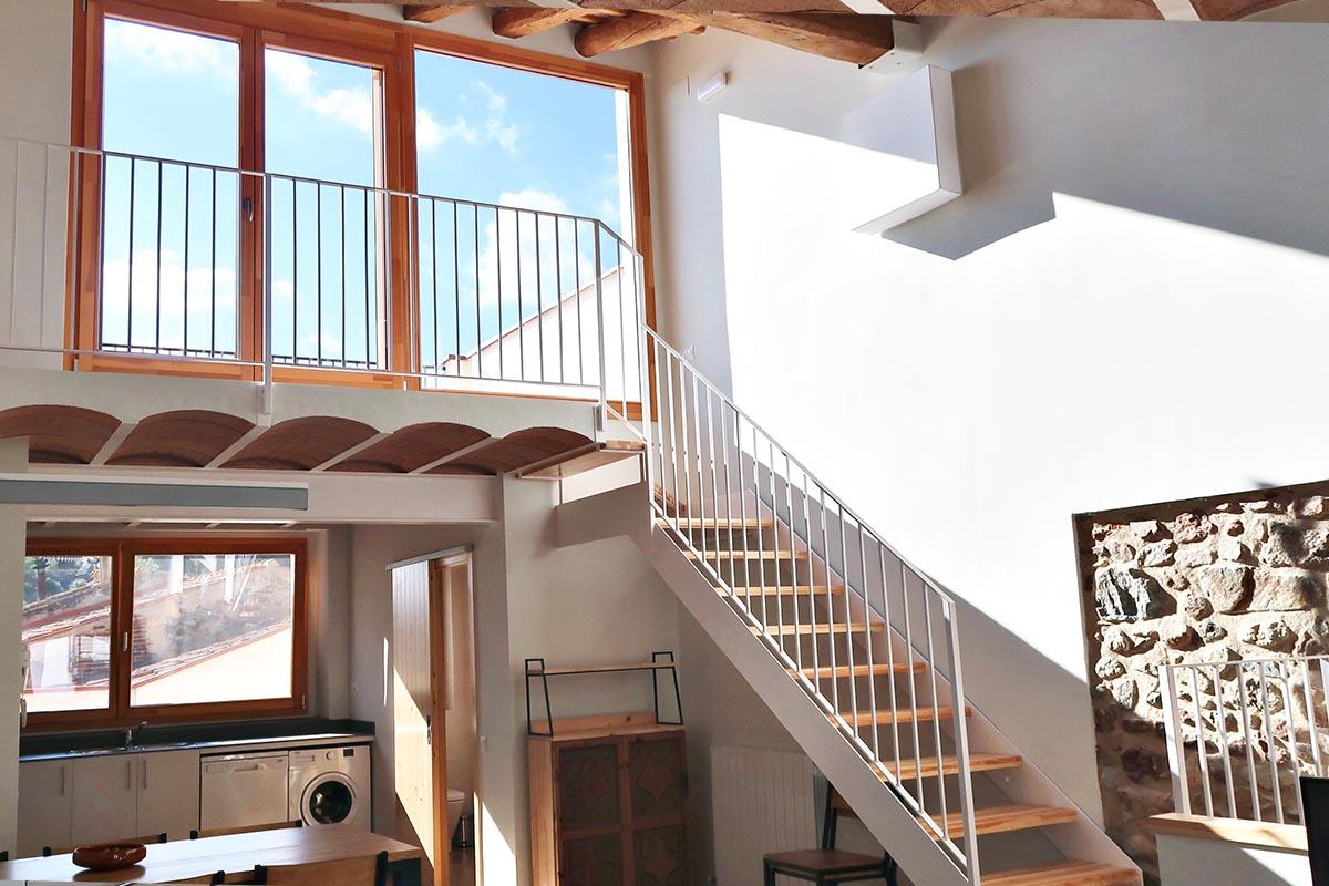 ventanas de madera en casa rural de Vilaplana de la serie Silva 68 de Carreté Finestres con aislamiento térmico y aislamiento acústico