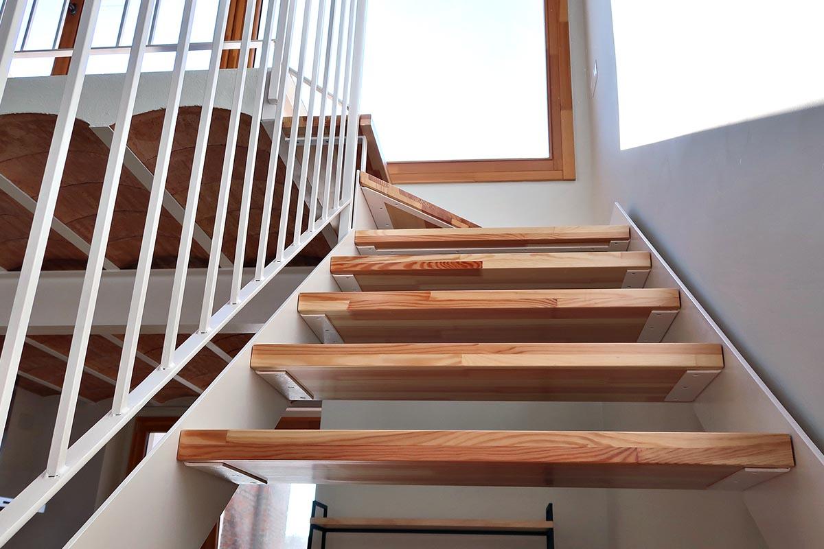 escalera de madera de pino y aluminio - Carreté Finestres