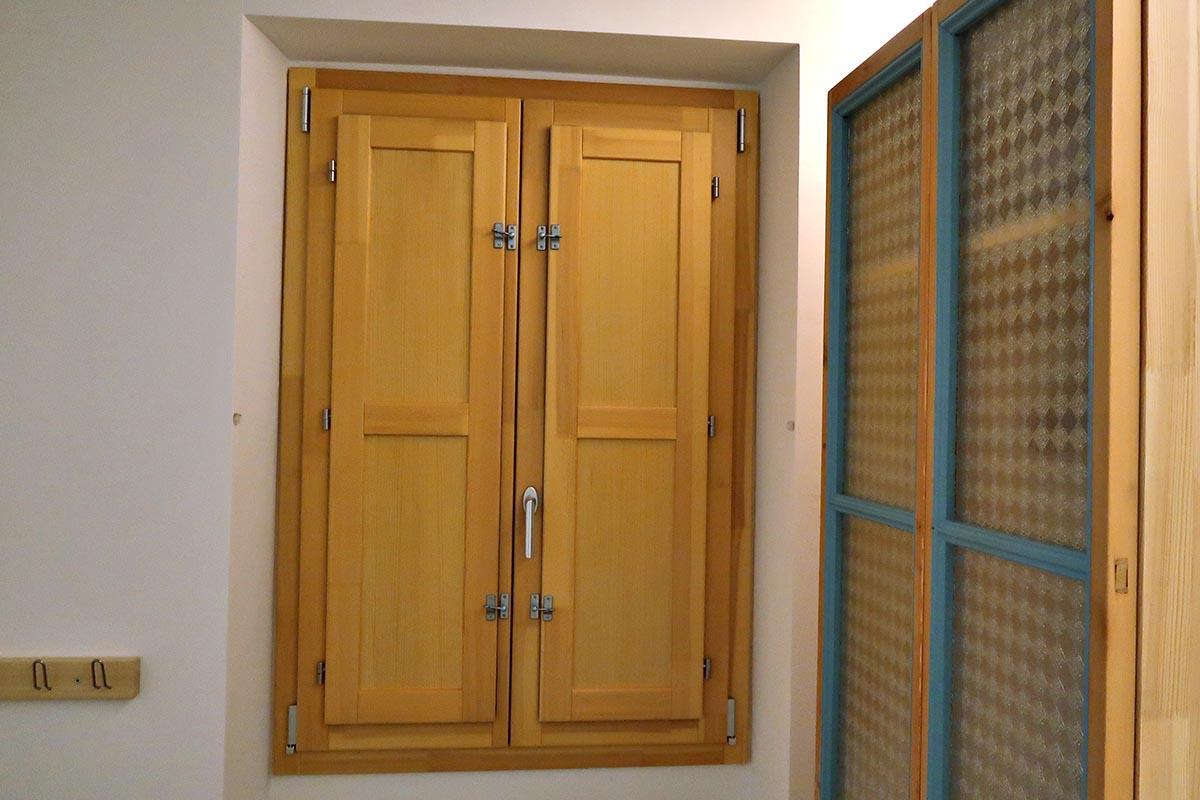 porticón interior de ventana de madera de pino - Carreté Finestres