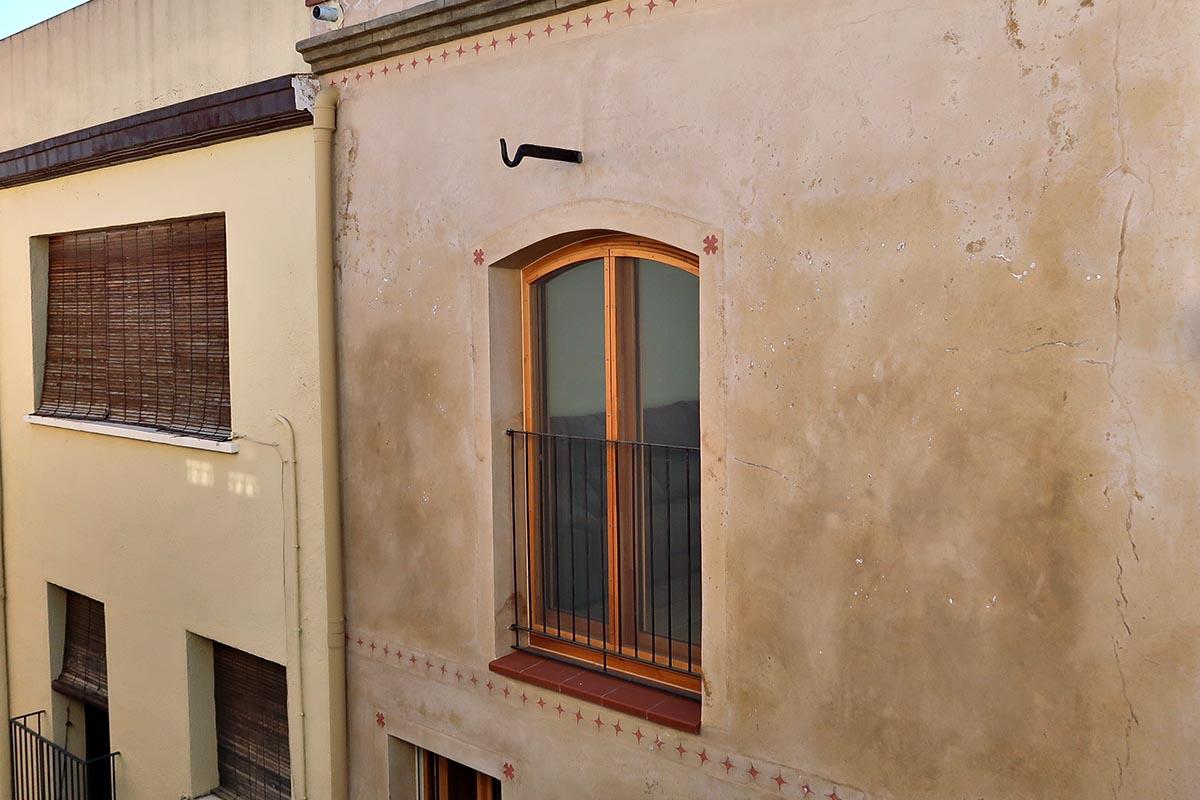 ventana de madera en casa rural en vilaplana - Carreté Finestres