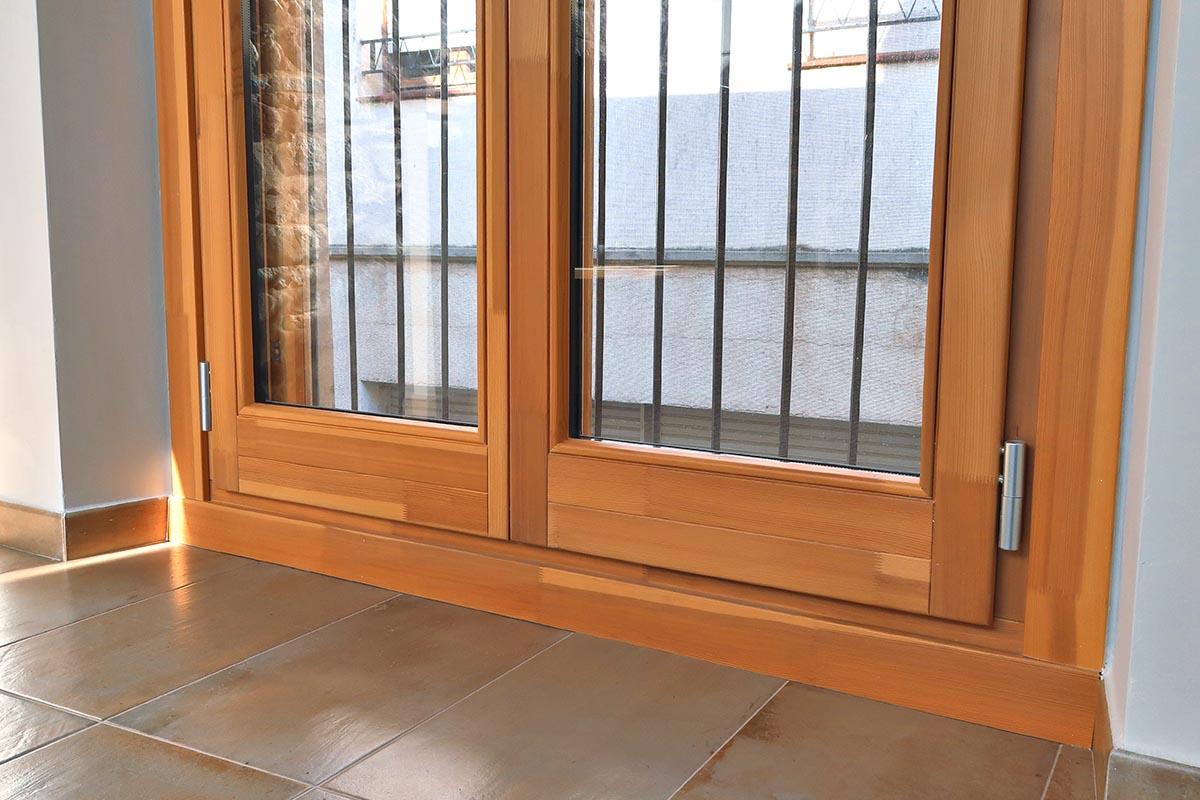 ventana de madera de pino de Flandes en casa rural de Vilaplana - Carreté Finestres