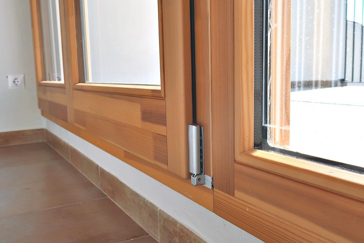 detalle de ventana de madera de pino de Flandes - Carreté Finestres