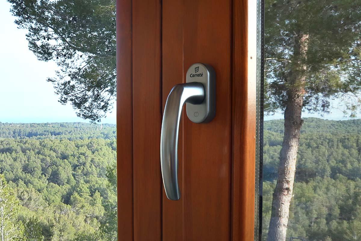Noves finestres i tancaments de fusta de Carreté Finestres a casa de nova construcció a El Catllar (Tarragonès) amb espectaculars vistes al mar Mediterrani.