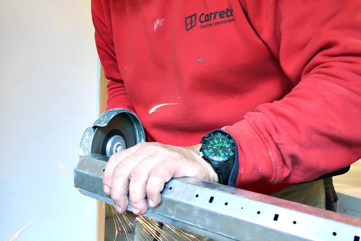 instal·lació de persiana motoritzada en finestra de fusta i alumini a Cornellà de Llobregat - Carreté Finestres