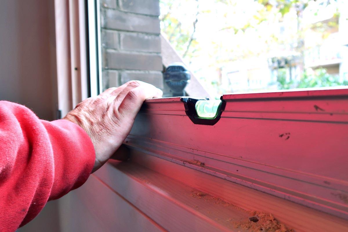 medidor de angulos y colocación de ventana de madera y aluminio (ventana mixta) en un una reforma de piso en Cornellà de Llobregat - Carreté Finestres