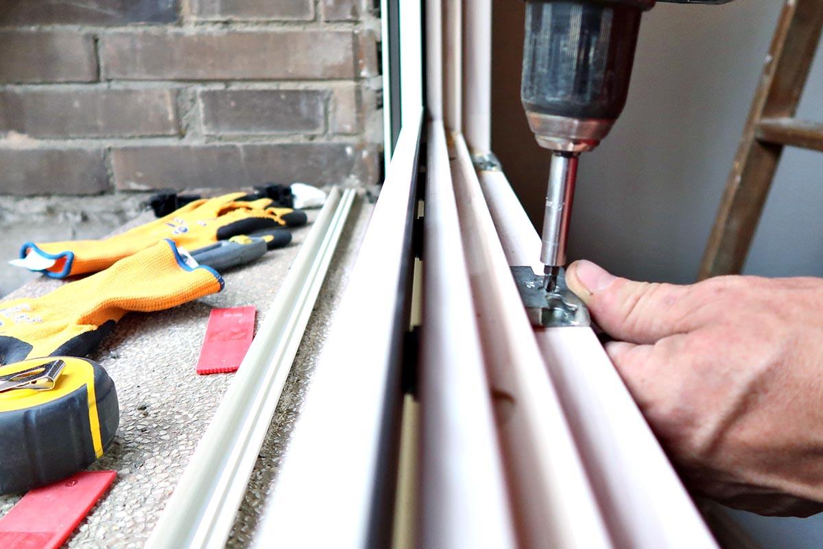 instal·lació de finestra de fusta i alumini (finestra mixta) en un una reforma de pis a Cornellà de Llobregat (Baix Llobregat) - Carreté Finestres