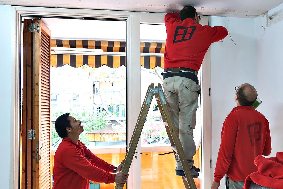 instal·lació de finestra balconera de fusta i alumini (finestra mixta) en un una reforma de pis a Cornellà de Llobregat (Baix Llobregat) - Carreté Finestres