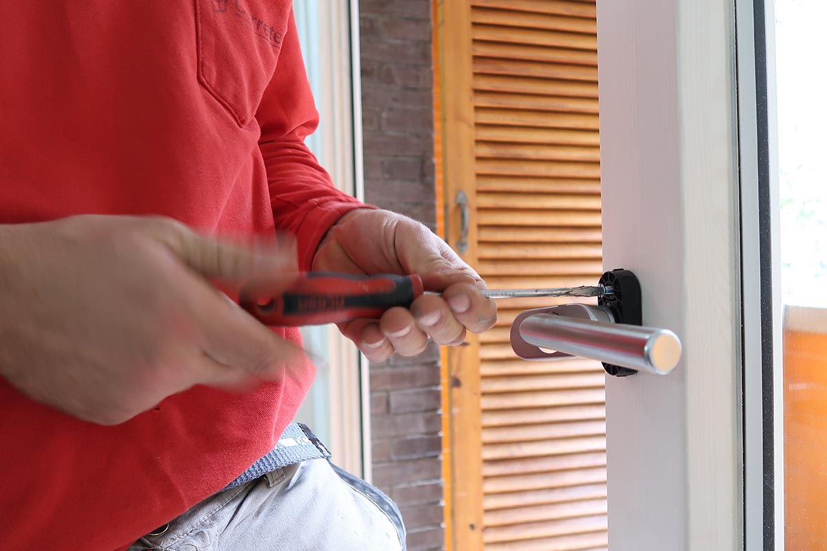 instalación de maneta de ventana balconera de madera y aluminio (ventana mixta) en un una reforma de piso en Cornellà de Llobregat (Baix Llobregat) - Carreté Finestres